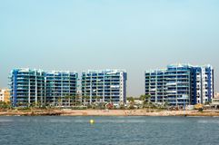 Wysocy opowieść budynki na pierwszy linii plaża w Hiszpania obrazy royalty free