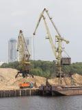 Wysocy portowi żurawie w północy Przesyłają w Moskwa Obrazy Royalty Free
