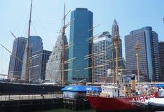 Wysocy statki w Południowym Ulicznym portu morskiego muzeum przy molem 17 w niski Manhattan fotografia royalty free