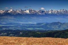 Wysocy szczyty Wysoki Tatras z zieloną Poprad doliną Sistani fotografia stock