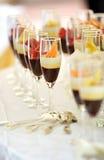 Wysocy szkła asortowani czekoladowi kremowi desery Zdjęcie Stock