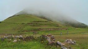 Wysocy wzgórza i chmurny niebo zbiory wideo