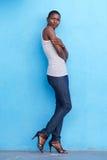 Wysoka afrykańska moda modela pozycja z podkoszulkiem bez rękawów i cajgami Zdjęcia Royalty Free