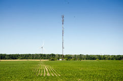 Wysoka antena i silnik wiatrowy w zielonym poziomie odpowiadamy bl i zgłębiamy Zdjęcie Stock