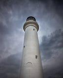 Wysoka dramatyczna latarnia morska z burzowymi chmurami Zdjęcie Royalty Free