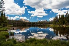 Unosić się Chmurnieje na jeziorze Zdjęcia Royalty Free