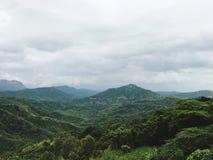 Wysoka góra widoku rozciąganie w atmosferze niebo obrazy stock