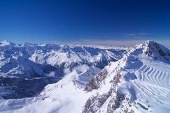 Wysoka góra z narciarskim terenem zdjęcie royalty free