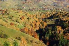 Wysoka górska wioska w Rumuńskich Carpathians zdjęcia stock
