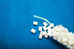 Wysoka kwota cukier w napojach na błękitnym tle, kopii przestrzeń zdjęcie stock