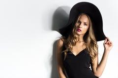 Wysoka moda strzelał blondynki kobieta z kędzierzawym włosy Obraz Royalty Free