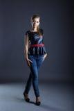 Wysoka nikła dziewczyna reklamuje modę odziewa Obrazy Royalty Free