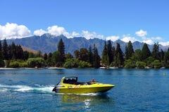 Wysoka prędkość strumienia łódź na Jeziornym Wakatipuin Południowa wyspa Nowa Zelandia Obrazy Royalty Free