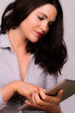 Piękna młoda kobieta używa ipad pastylki przyrząd Obrazy Royalty Free