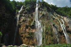 Wysoka siklawa wodny spływanie od skał w jezioro jezior park narodowy plitvice siklawy Turystyka Obraz Stock