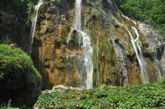 Wysoka siklawa wodny spływanie od skał w jezioro jezior park narodowy plitvice siklawy Turystyka Zdjęcie Royalty Free