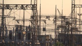 Wysoka woltaż elektrownia przy zmierzchem zdjęcie wideo