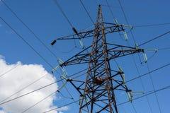 Wysoka woltaż linia energetyczna przeciw niebieskiemu niebu i chmurze w słonecznym dniu Obrazy Stock
