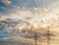 Wysoka woltaż linia przeciw scenicznemu cloudscape Fotografia Royalty Free