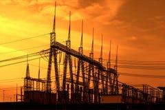 Wysoka woltaż władzy transformatoru podstacja, zmierzch Fotografia Stock