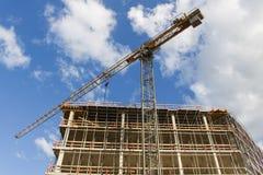 Wysoka wzrosta budynku budowa z żurawiami przeciw niebieskiemu niebu Zdjęcia Stock