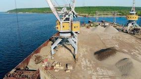Wysoki żuraw z wiadra podnośnymi breakstones od barki zbiory wideo