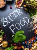 Wysoki żywienioniowy włókien zdrowie jedzenia pojęcie z owoc, warzywami, jagodą, dokrętkami i ziarnami z foods wysokimi w o obraz stock