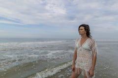 Wysoki brunetki kobiety model Przy plażą Zdjęcie Stock