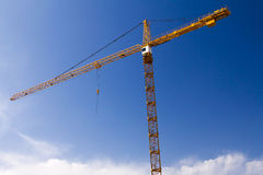 Wysoki budowa żuraw przeciw niebieskiemu niebu obraz royalty free