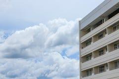 wysoki budynek biznesowy biuro z niebieskiego nieba tłem Fotografia Royalty Free