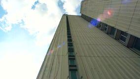 Wysoki budynek i krańcowy sporta kochanek pochodzimy puszek na chmurnym jaskrawym niebie zdjęcie wideo