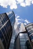 Wysoki budynek na tle niebieskie niebo Zdjęcia Royalty Free