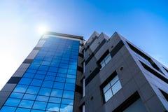 Wysoki budynek z odzwierciedlać okno zdjęcie stock