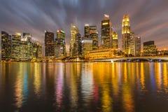 Wysoki budynku i wody odbicie przy mrocznym czasem obrazy royalty free