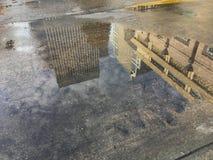 Wysoki budynku reflexion w mokrej podłoga Obrazy Stock