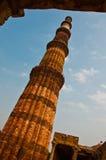Wysoki ceglany minaretu wierza przy Qutub Minar Zdjęcia Stock