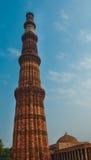 Wysoki ceglany minaretu wierza Qutub Minar Zdjęcia Royalty Free