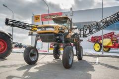 Wysoki ciągnik na rolniczej maszynerii wystawie Zdjęcie Stock