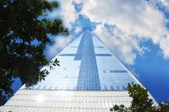 Wysoki drapacz chmur w Manhattan Nowy Jork z niebieskim niebem i chmurami, Jeden world trade center Zdjęcie Stock