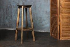 Wysoki drewniany krzesło, bar obrazy stock