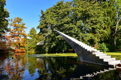 Wysoki drzewo z pomarańcze i kolorem żółtym opuszcza w jesieni, w Christchurch ogródach botanicznych zdjęcia royalty free