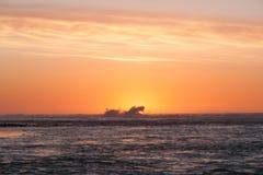 wysoki jpg rezolucji morza słońca Fale pożerają ostatnich promienie słońce zdjęcie stock