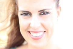 Wysoki kluczowy portret ono uśmiecha się na słonecznym dniu brunetki młoda kobieta zdjęcia royalty free