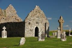 Wysoki krzyż i świątynia. Clonmacnoise. Irlandia zdjęcia stock