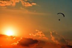 Wysoki latający paraglider Obrazy Royalty Free