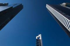 Wysoki luksusowy błękitny budynku drapacz chmur Fotografia Stock