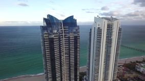 Wysoki lustro ściany drapacz chmur na plażowej brzeg wybrzeża linii Miami Floryda oceanu 4k trutnia seascape Atlantycka powietrzn zbiory wideo