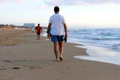 Wysoki mężczyzna odprowadzenie wzdłuż dennego brzeg wielka plaża fotografia royalty free