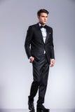 Wysoki młody biznesowego mężczyzna odprowadzenie na pracownianym tle zdjęcia royalty free