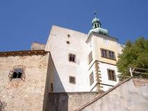 Wysoki mur kasztel z zegarowy wierza i rozszerzeniem fotografia royalty free
